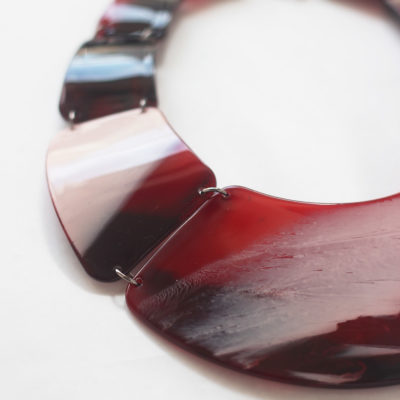 collar rojo de resina