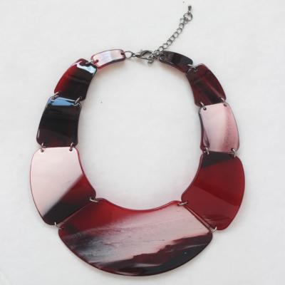 collar de resina rojo