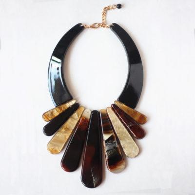 collar de resina negro y beige