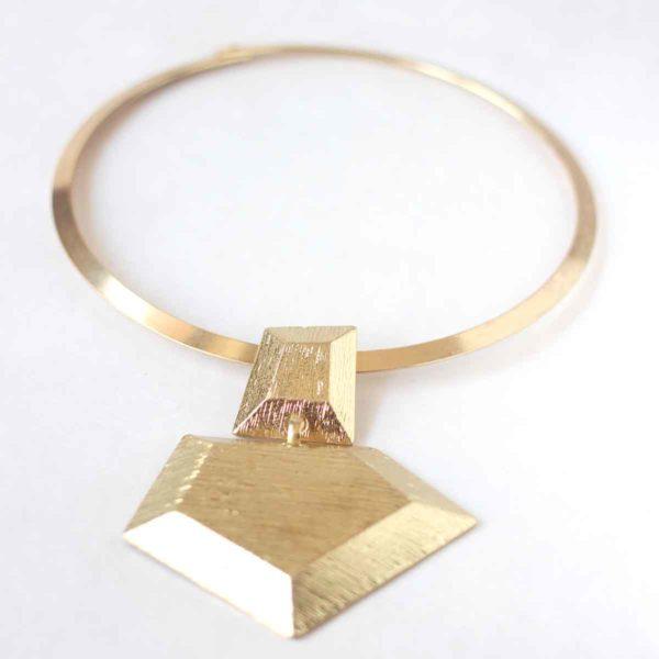 collar rigido dorado