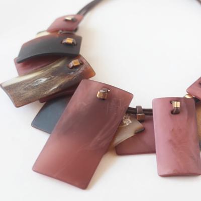 collar rosa corto de resina