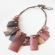 collar corto rosa de resina