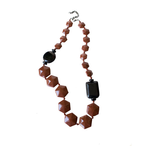 collar largo de resina marron