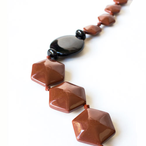 collar largo de resina negro