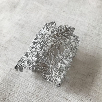 pulsera ancha de metal plateada