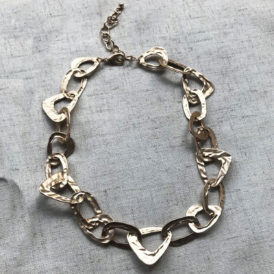 collar de cadena dorada corto