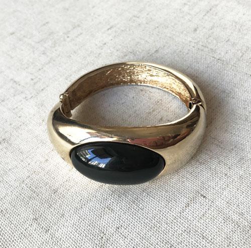 pulsera dorada con negro