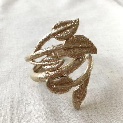 pulsera dorada con hojas