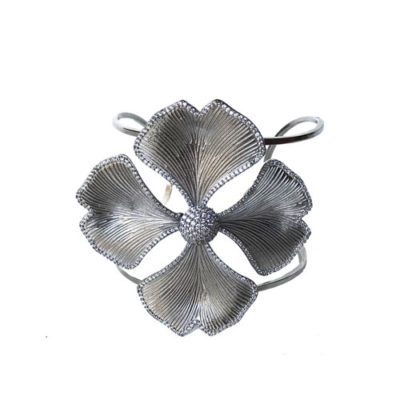 pulsera plateada con flores