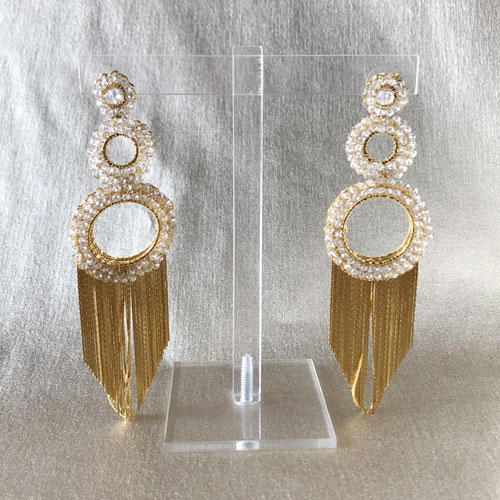 aros largos de metal dorado con cristal