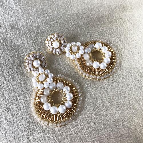 aros dorados con perlas y cristal