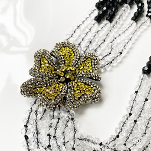 collar negro con flores corto
