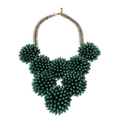 collar corto verde de resinas