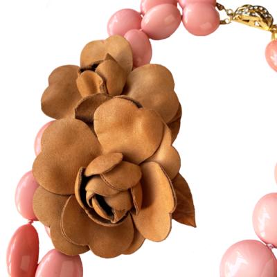 collar rosa y flores de cuero