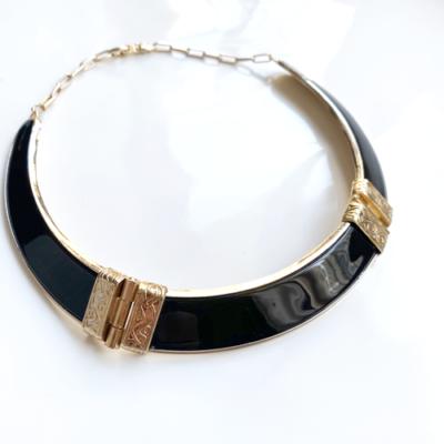collar dorado y negro