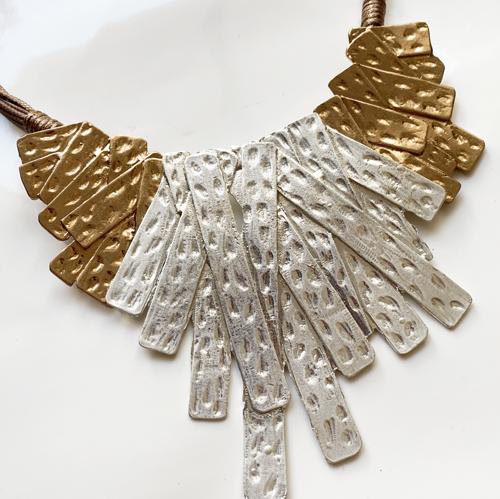 collar dorado y plateado de metal