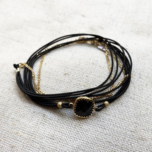 pulsera negra y dorada