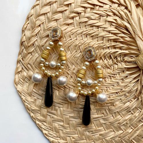 aros largos de resina con perlas