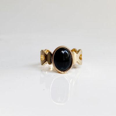anillo negro dorado