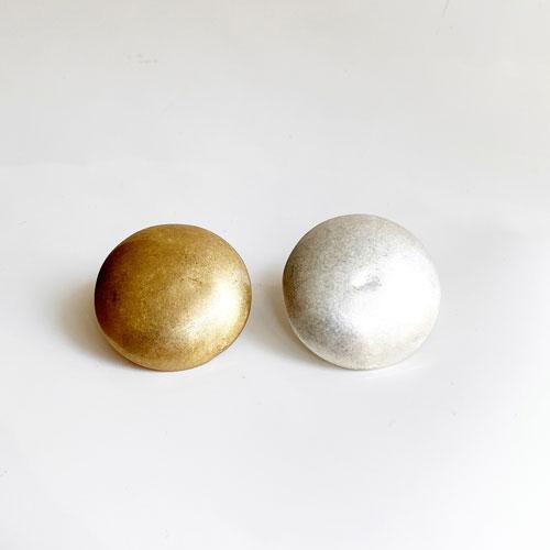 aro de metal dorado y plateado