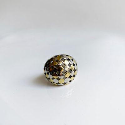 anillo dorado y plateado