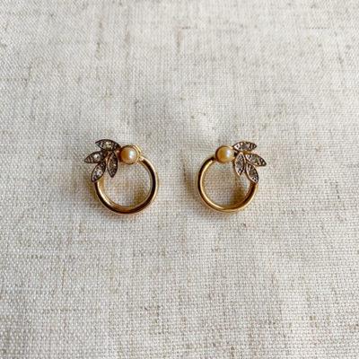 aros chicos de metal dorado con perla