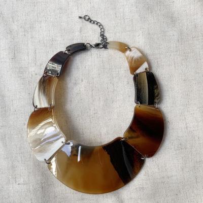 collar de resina marron
