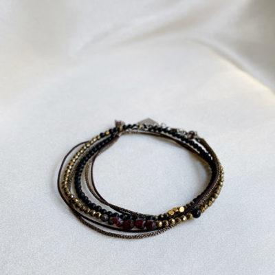 pulsera dorada y negro
