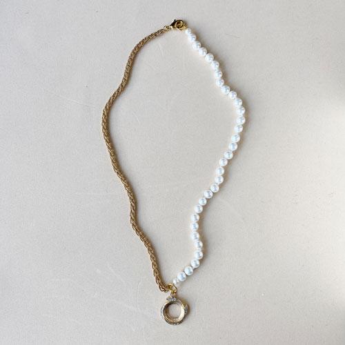 collar de perlas con cadena dorada