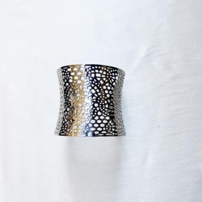 pulsera ancha de metal plateado