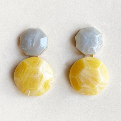 aros gris y amarillos