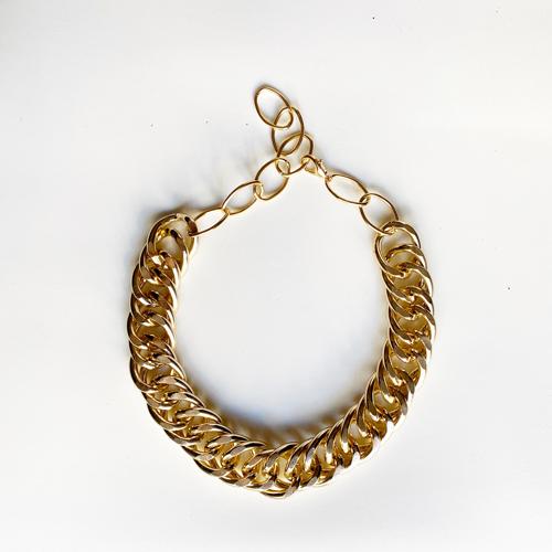 collar dorado de metal