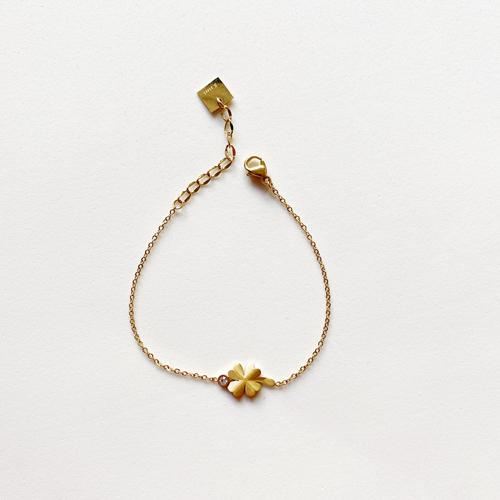 pulsera dorada con trebol