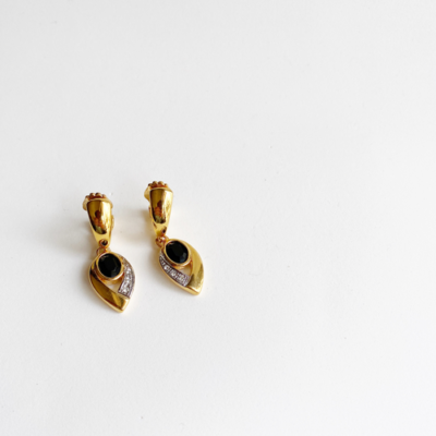 aros dorados y negros de clip.