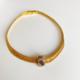 collar dorado y violeta