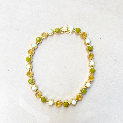 collar dorado con cristales