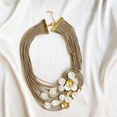 collar corto beige y dorado