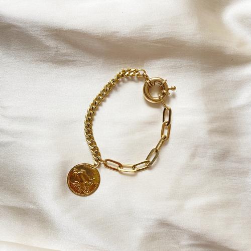 pulsera dorada con dije de moneda