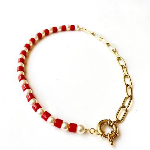 collar corto cadena dorada y dijes de perlas