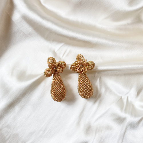 aros de mostacilla dorados con flor y gota