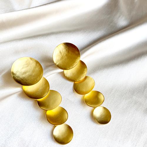 aros de metal dorados largos sin brillo
