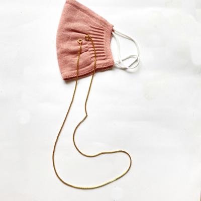 barbijo rosa con porta abrbijo dorado