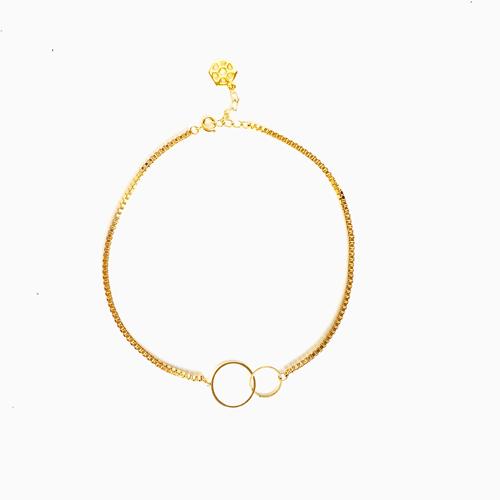 collar de cadena dorada corta