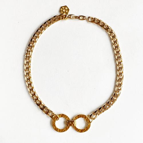 collar dorado con cicrulo en el centor