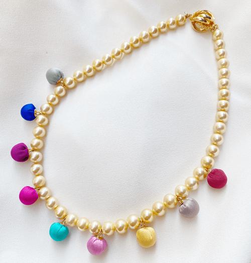 collar corto con perlas y color