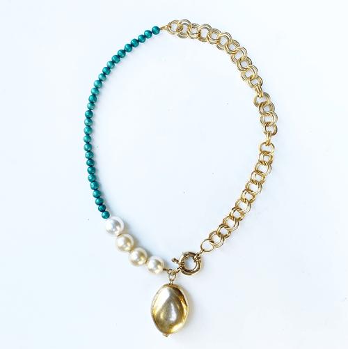 Collar dorado verde y perla