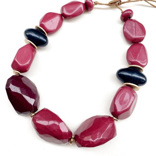 collar de resina corto color bordo