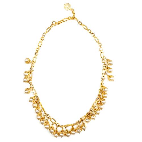 collar corto de perlas con metal dorado