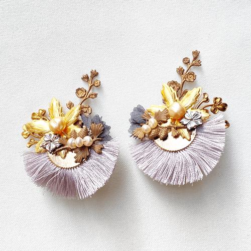 aros cortos de metal dorado con perlas